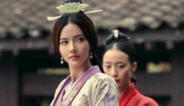 皇帝突然提出要废后,大臣苦苦相劝,皇帝委屈的说:她打我巴掌